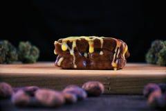 Brownie del cioccolato dell'erbaccia fotografia stock libera da diritti