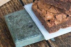 Brownie del cioccolato & Tabella di legno (2) Fotografie Stock
