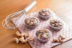 Brownie del dolce di cioccolato con gli anacardi su Backgr di legno fotografia stock libera da diritti