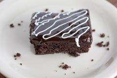 Brownie del fondente di cioccolato con cioccolato Ganache e Chocol bianco Fotografia Stock Libera da Diritti