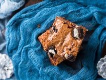 Brownie del formaggio cremoso con i biscotti sul blu Immagini Stock Libere da Diritti