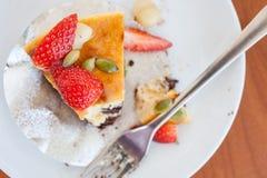 Brownie del pastel de queso de la fresa con la nuez del maccademia Fotografía de archivo libre de regalías