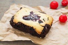 Brownie del pastel de queso en el papel marrón Foto de archivo