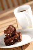 Brownie deliciosa do chocolate com pecan e noz. fotos de stock royalty free