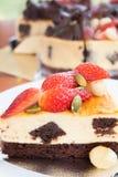 Brownie della torta di formaggio della fragola con il dado di maccademia Fotografia Stock Libera da Diritti