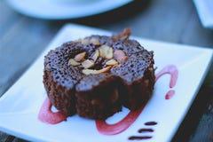 Brownie di recente cucinati del cioccolato che si raffreddano con la guarnizione dell'arachide fotografia stock