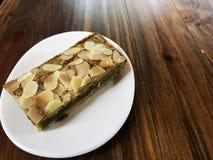 A brownie do chá verde de Matcha tem a fatia da amêndoa na parte superior Fotografia de Stock Royalty Free