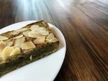 A brownie do chá verde de Matcha tem a fatia da amêndoa na parte superior Imagem de Stock Royalty Free