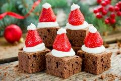 A brownie do chapéu de Santa, sobremesa do Natal, chocolate remenda com stra Fotografia de Stock Royalty Free