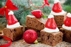 A brownie do chapéu de Santa, sobremesa do Natal, chocolate remenda com stra fotografia de stock