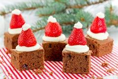 A brownie do chapéu de Santa, sobremesa do Natal, chocolate remenda com stra Imagens de Stock