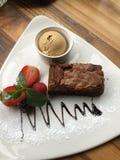 Brownie do chocolate da sobremesa e gelado deliciosos foto de stock