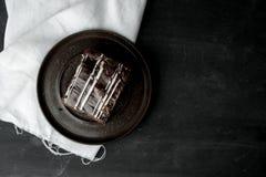 Brownie do chocolate doce com creme do coffe em uma tabela escura, rústica, de madeira imagens de stock royalty free