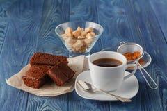 Brownie do chocolate em uma placa branca Um copo de café e uma forquilha em b Foto de Stock