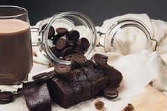 Brownie do chocolate na placa de desbastamento de madeira imagens de stock
