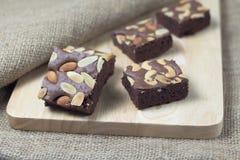 Brownie en una textura de madera Fotografía de archivo