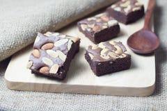Brownie en una textura de madera Foto de archivo libre de regalías