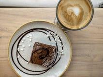 'brownie' et latte de caffè image libre de droits