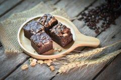 'brownie' fait maison frais de chocolat avec des amandes sur le bois de palette Photos libres de droits