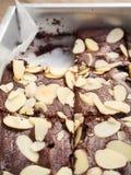 'brownie' faits maison dans le plateau de cuisson Écrimage avec l'amande coupée en tranches photo stock