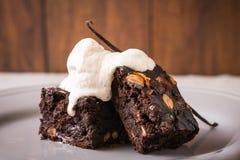 Brownie fatto dal fagiolo con il fraiche e la vaniglia della crema immagini stock