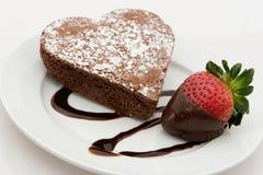 Brownie a forma di del cuore del cioccolato con la fragola Fotografie Stock Libere da Diritti