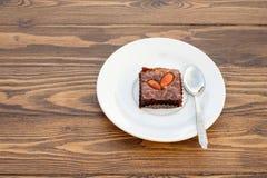 Brownie hecho en casa de la almendra del chocolate en la tabla de madera Foto de archivo libre de regalías