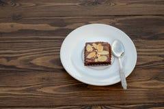 Brownie hecho en casa del chocolate con la rebanada de la almendra en la tabla de madera Fotografía de archivo