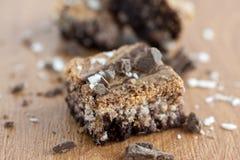 'brownie' marbrés sur le compteur. Images stock