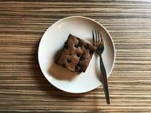 Brownie met chocoladeschip dat wordt bedekt stock fotografie