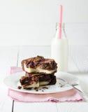 Brownie met framboos en kaastaart, met melk, op speld wordt gevuld die Stock Foto