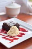 Brownie met frambozencoulis Royalty-vrije Stock Foto