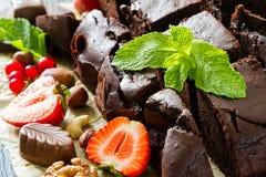 Brownie met noten en munt Royalty-vrije Stock Afbeeldingen