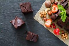 Brownie met noten en munt Stock Fotografie