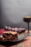 Brownie met pruimen en cocktailglas Royalty-vrije Stock Fotografie