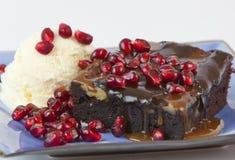Brownie met roomijs en granaatappel royalty-vrije stock afbeeldingen