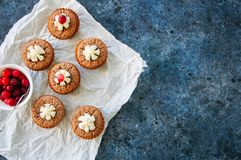 Brownie mins οι πίτες εξυπηρέτησαν σε χαρτί ψησίματος για μια μπλε πέτρα backg Στοκ φωτογραφίες με δικαίωμα ελεύθερης χρήσης