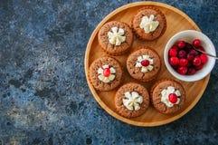 Brownie mins πίτες σε ένα ξύλινο πιάτο Στοκ Εικόνες