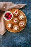 Brownie mins πίτες σε ένα ξύλινο πιάτο Στοκ Εικόνα