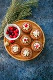 Brownie mins πίτες σε ένα ξύλινο πιάτο Στοκ φωτογραφίες με δικαίωμα ελεύθερης χρήσης