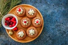 Brownie mins πίτες σε ένα ξύλινο πιάτο Στοκ εικόνα με δικαίωμα ελεύθερης χρήσης