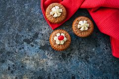 Brownie mins πίτες σε ένα υπόβαθρο μπλε πετρών Στοκ φωτογραφίες με δικαίωμα ελεύθερης χρήσης