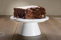 Brownie op een caketribune stock afbeelding