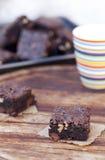 Brownie op houten achtergrond Stock Foto's