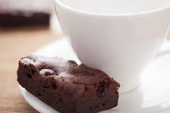 Brownie oscuro del chocolate con café caliente Foto de archivo libre de regalías