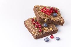 Brownie Pieces met Noten met Verse Bessen Smakelijk Eigengemaakt Brownie Copy Space Horizontal worden verfraaid dat royalty-vrije stock afbeeldingen