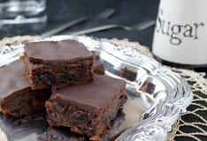 Brownie sanos hechos en casa del chocolate con las frutas secadas Foto de archivo
