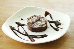 Brownie sulla zolla bianca Fotografia Stock Libera da Diritti