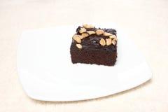 'brownie' sur le plat et tapis d'isolement sur le fond blanc Photos libres de droits