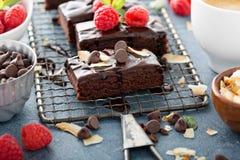 'brownie' sur un support de refroidissement Images stock